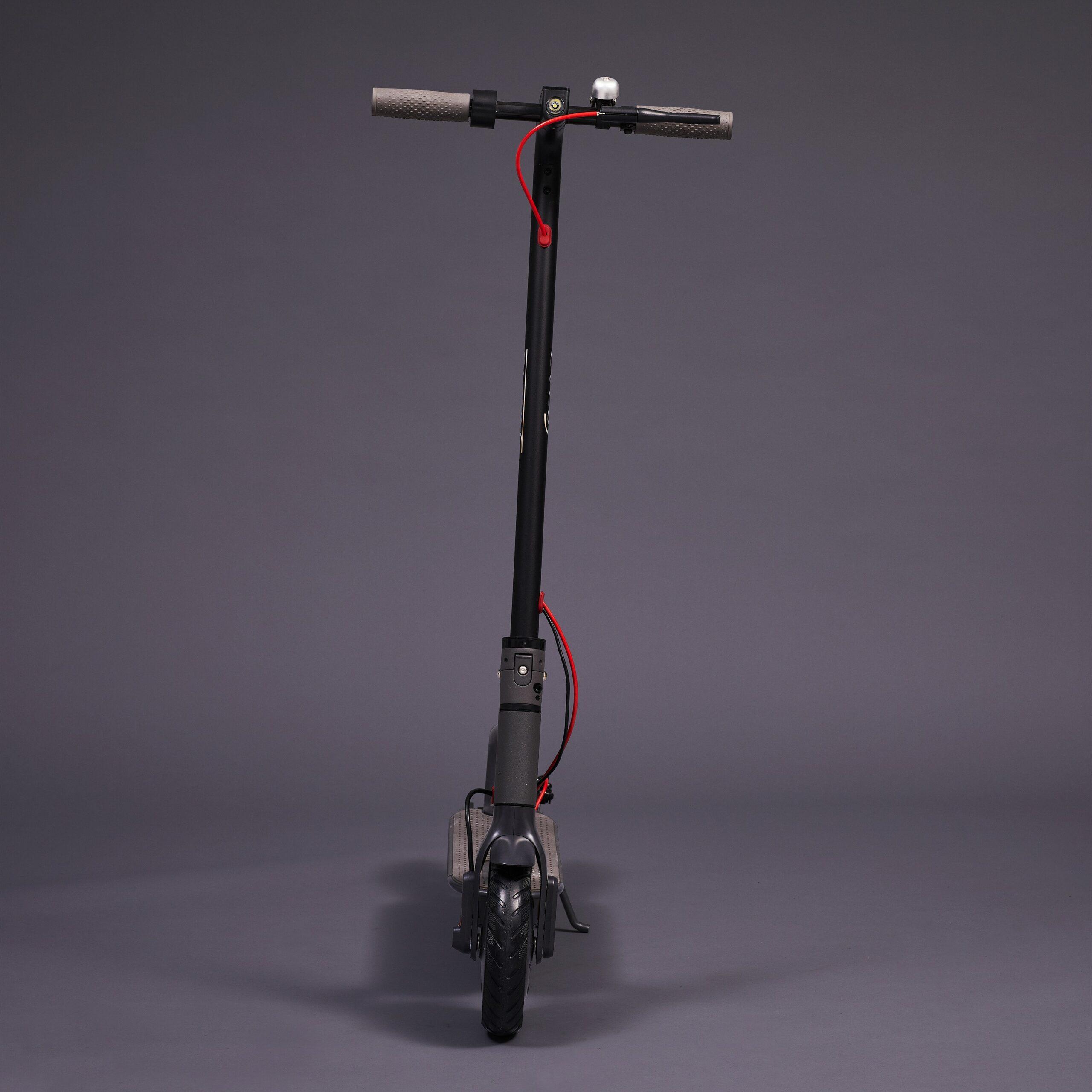 Svart elsparkcykel framifrån